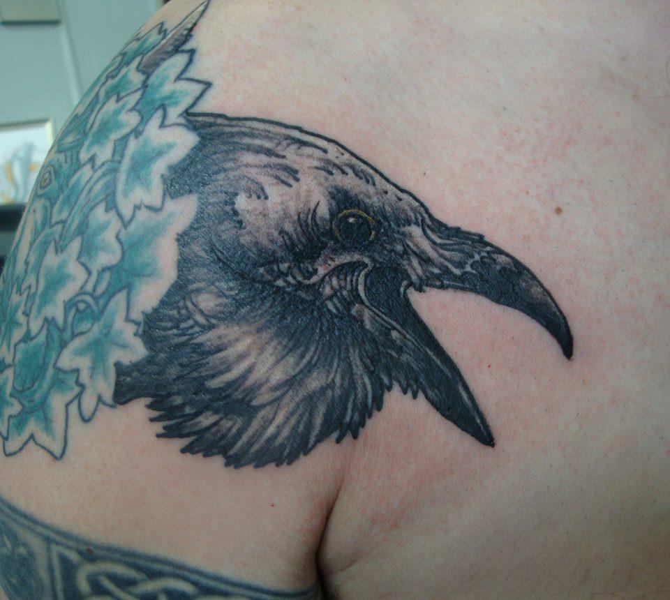 tattoo kraai schouder vogel