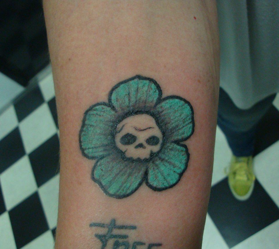 bloem tattoo arm skull tattoostudio