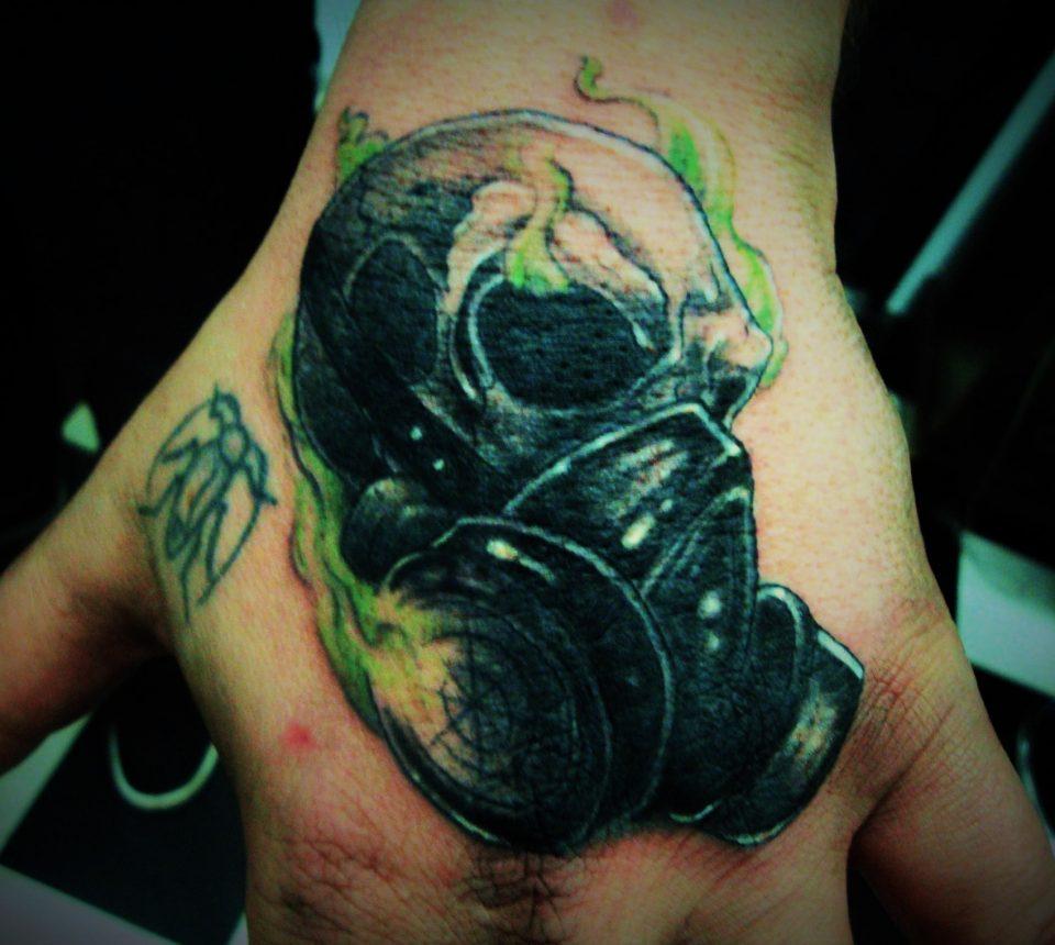 hand tatoeage masker doodshoofd skull