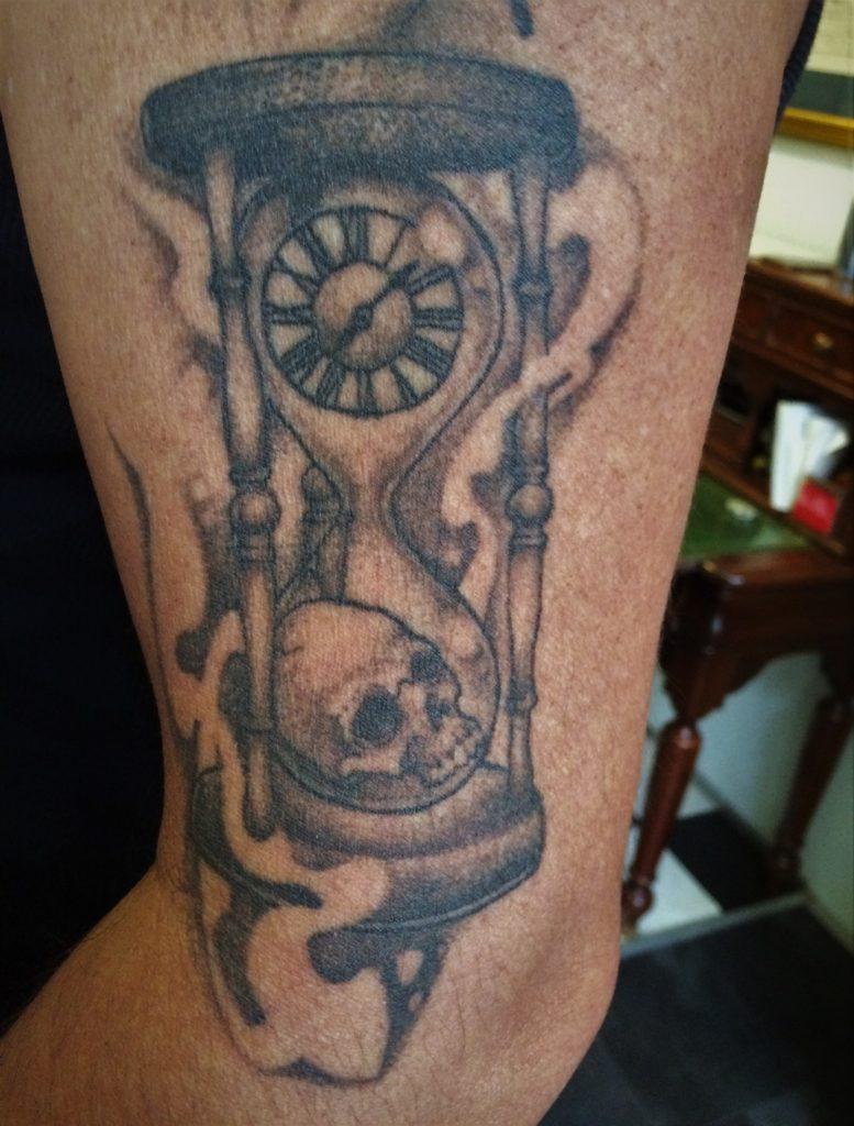 zandloper skull tattoo
